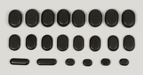 Zawartość zestawu 22 kamieni bazaltowych do masażu.