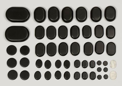 Zawartość zestawu 50 bezaltowych kamieni do masażu ciala.